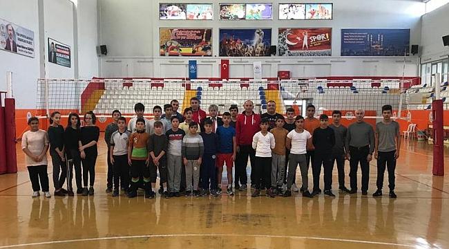 TVF Erkek Milli Takım Alt Yapı Antrenörleri, Kahramanmaraş'ta Sporcu Ölçüm ve Teknik Değerlendirmelerde Bulundu