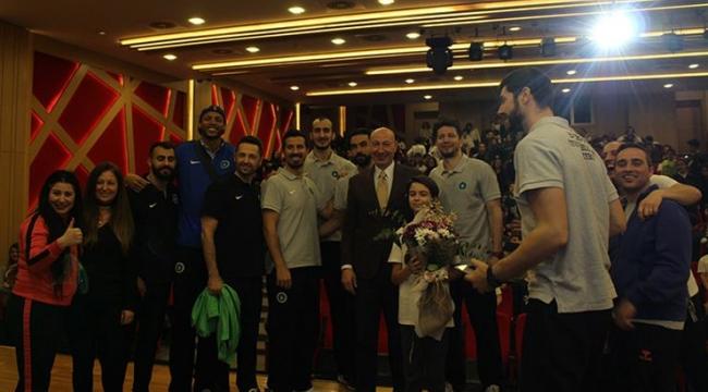 Bursa BBSK voleybolcuları, öğrencilerle buluştu