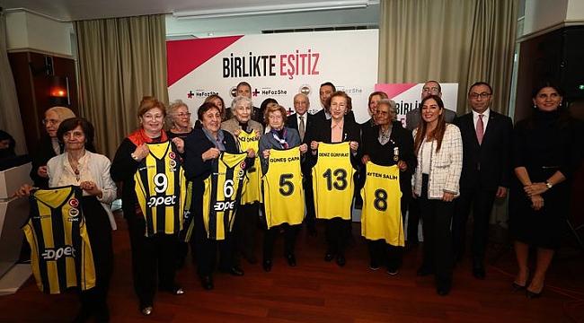 Tarihe İz Bırakan Fenerbahçe Kadınlarına plaket verildi