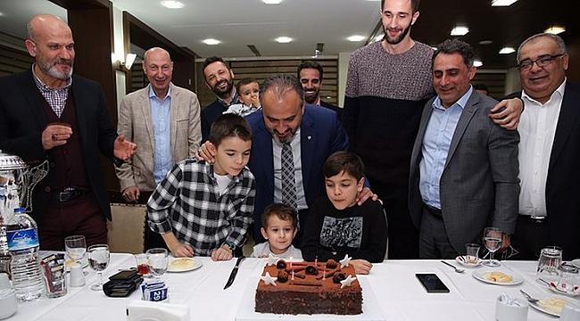 Bursa Büyükşehir Belediyespor, şampiyonluk pastasını çocuklarıyla kesti