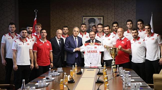 Bakan Kasapoğlu şampiyon voleybolcuları kabul etti