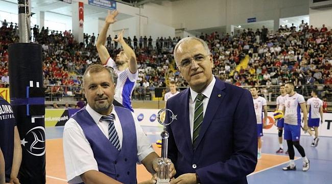 Voleybol Federasyonu Başkanı Üstündağ'a ödül