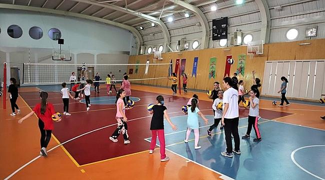 Kocaeli Büyükşehir Belediyesi geleceğin voleybolcularını yetişiyor