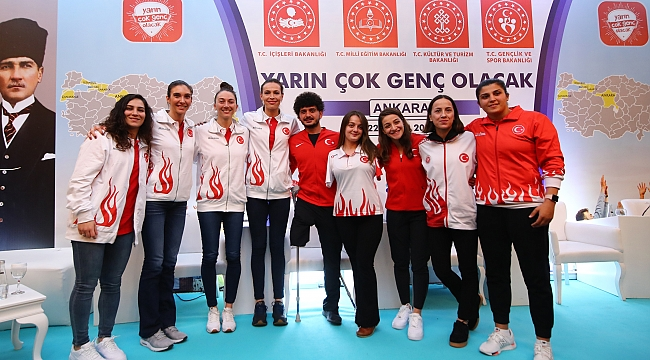 TVF Başkanı Üstündağ ve Filenin Sultanları, 'Yarın Çok Genç Olacak' Projesi Kapsamında Öğrencilerle Bir Araya Geldi