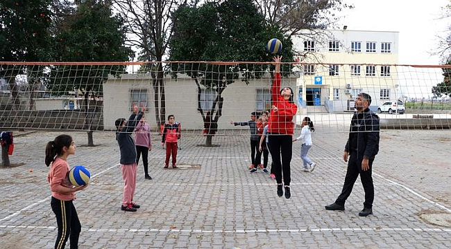 Tarlada çalışan öğrencilerden voleybol turnuvasında büyük başarı