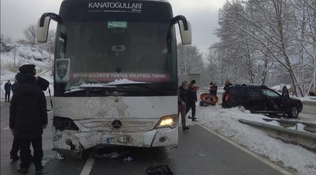 Afyon Belediye Yüntaş otobüsü kaza yaptı; 3 yaralı