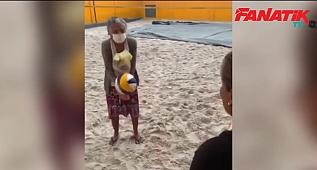 Dona Edita, 98 yaşında voleybol öğrenmeye karar verdi